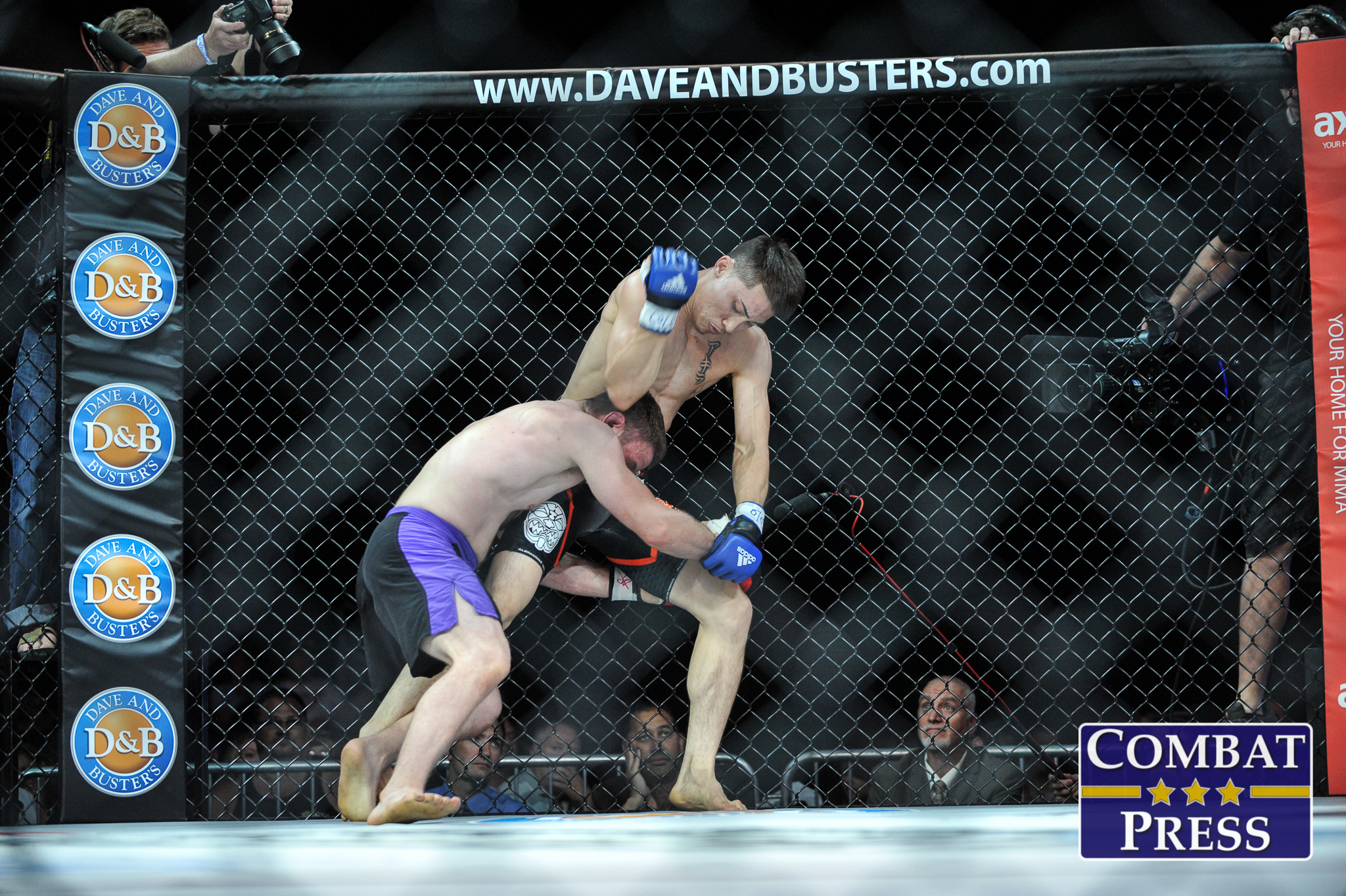 Boston Salmon (R) vs. Zac Chavez (Phil Lambert/Combat Press)